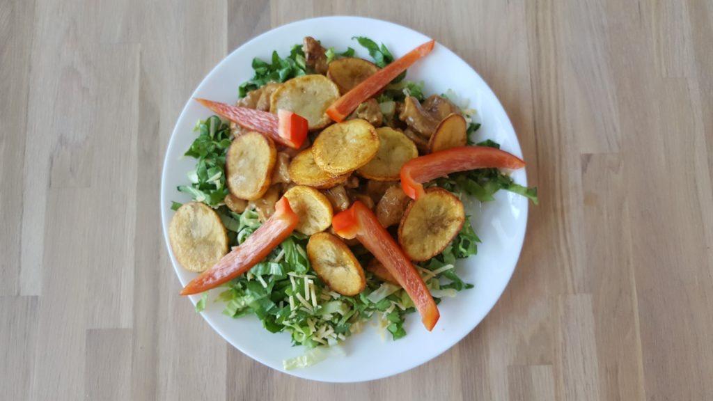 Andijviesalade met kip en aardappelschijfjes
